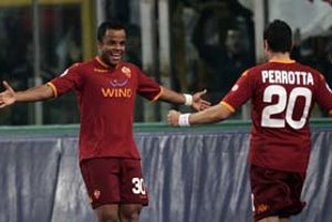 Brazílsky útočník Mancini oslavuje spolu so stredopoliarom Simonom Perrottom víťazný gól v súboji s Realom Madrid. Rimsky AS vyhral v prvom osemfinále Ligy majstrov 2:1.