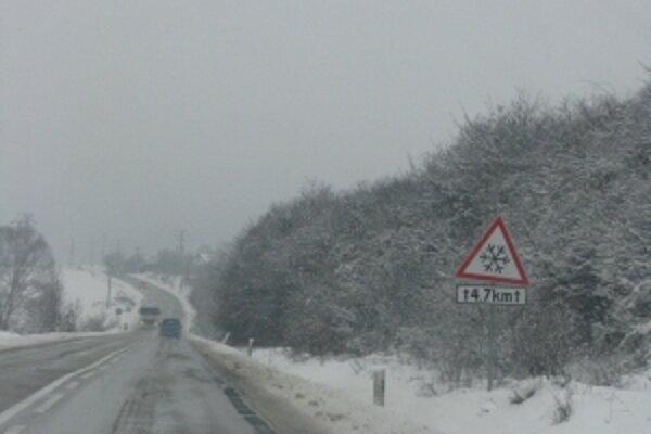 Cesta na Prievidzu je ťažko prejazdná. Pri motoreste Radar sa skrížili kamióny.