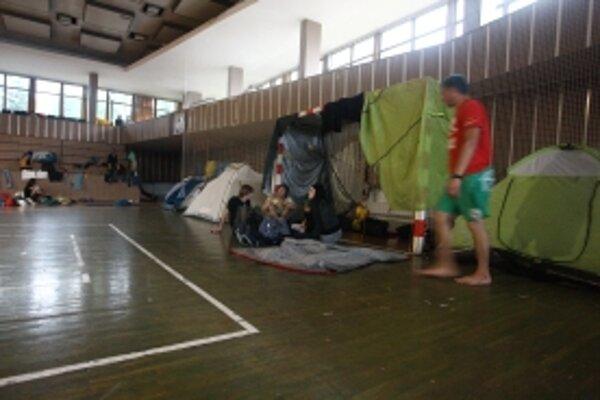 Mesto Trenčín účastníkom predčasne ukončeného festivalu otvorilo športovú halu a poskytlo jedlo.