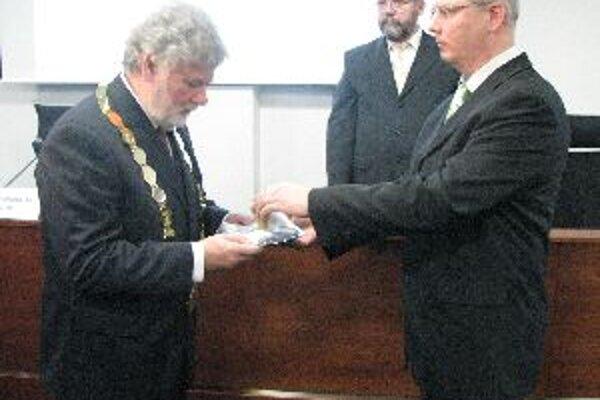 Pavol Sedláčk (vľavo) zložil sľub do rúk predsesu volebnej komisie Jaroslava Aštaryho