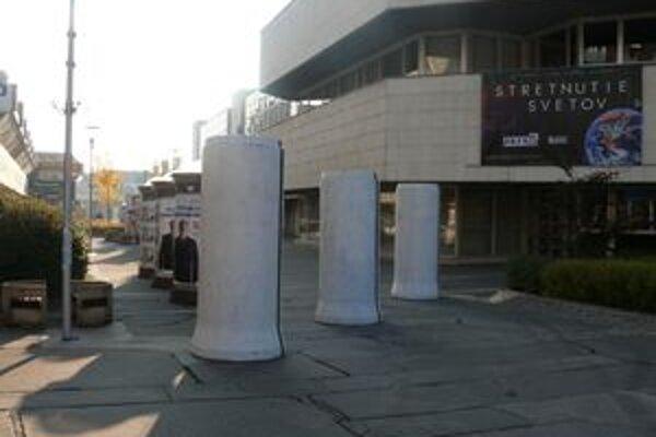 Kampaň začala, na betónových skružiach pribúdajú plagáty