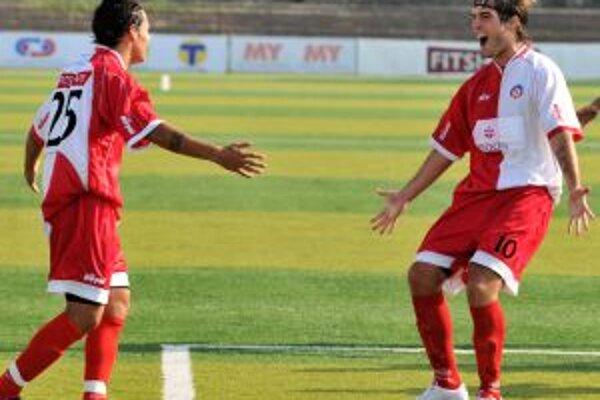 Trenčianska radosť. Vpravo strelec prvého gólu David Alberto Depetris, vľavo jeho spoluhráč Jorge Salinas v zápase 10. kola I. slovenskej futbalovej ligy v Trenčíne 19. septembra.