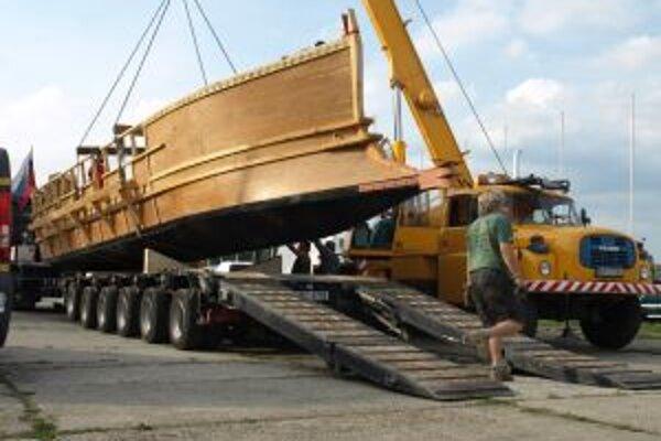 Kedy príde antická veslica do svojho domovského prístavu v Trenčíne ešte nie je jasné. Zatiaľ kotví na Oravskej priehrade.