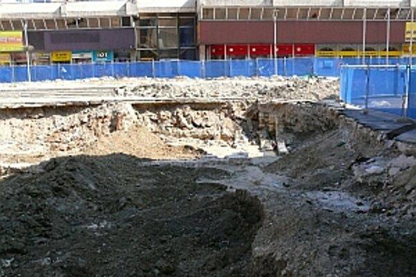 Nový investor sa múru vyhne a garáže prehĺbi do hĺbky štyroch podlaží.