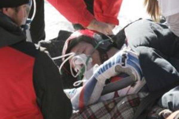 Lekári pri nórskom zjazdárovi Akselovi Lundovi Svindalovi, ktorý leží na nosidlách po ťažkom páde, počas úvodného tréningu na zjazd Svetového pohára alpských lyžiarov 27. novembra 2007 v coloradskom Beaver Creeku.