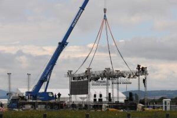 Žeriav rozoberá spadnuté hudobné pódium so stanom na festivale Pohoda.
