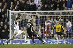 Útočník Lyonu Karim Benzema (v strede) strieľa tretí gól francúzskeho tímu. Olympique vyhral