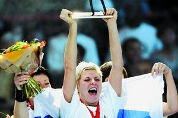 Ruska Inna Suslinová s trofejou pre svetové šampiónky.