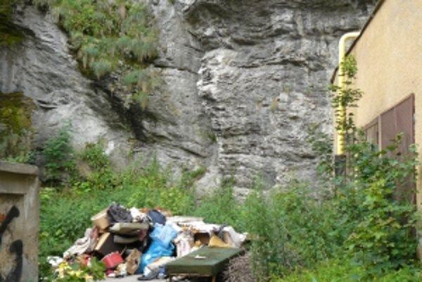 Čierna skládka sa objavila aj pod hradnou skalou.