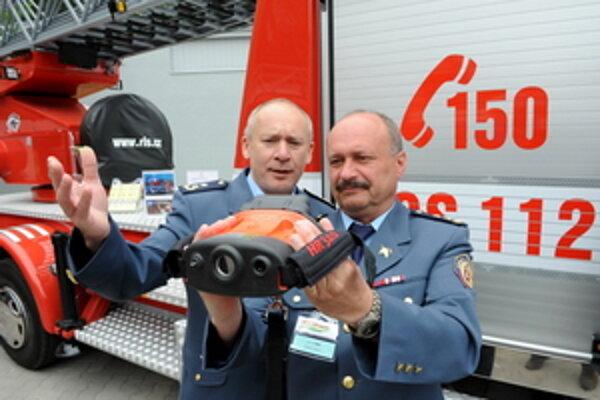 Hasiči skúšajú termokameru počas 9. ročníka medzinárodnej výstavy hasičskej, záchranárskej a zabezpečovacej techniky FIRECO na Výstavisku Expo Center v Trenčíne.
