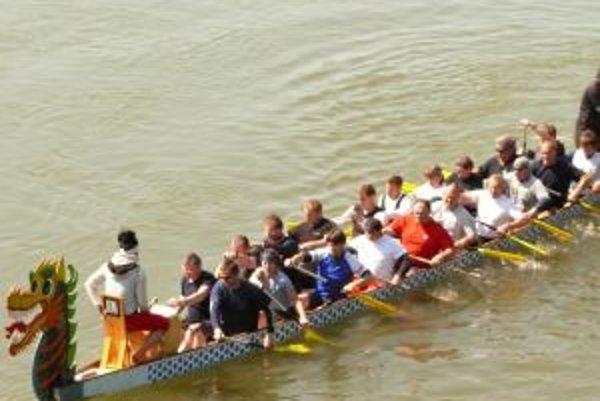 Dvadsať člennú posádku v dračej lodi tvorili bývalí česko - slovenskí reprezentanti.