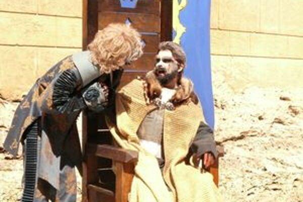 Jedna zo scén medzinárodného festivalu duchov a strašidiel v priestoroch Bojnického zámku sa odohrávala na nádvorí
