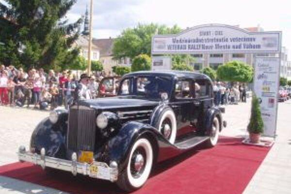 """Na """"mafiánskom"""" Packarde z roku 1935 sa súťaž veteránov vlani zúčastnil Ján Horňák z Piešťan."""