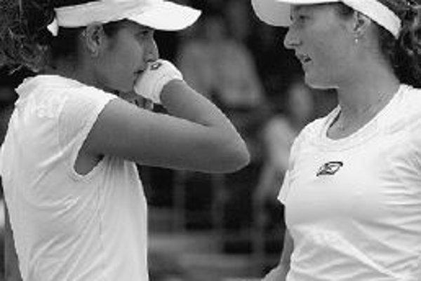 Indická tenistka Sania Mirzová (vľavo) a izraelská hráčka Shahar Peerová si zahrali štvorhru na wimbledonskej tráve.