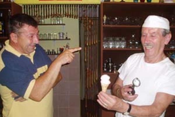 Vyzývateľ Maroš Pikalík (vľavo) a zmrzlinár Milan Popelár.
