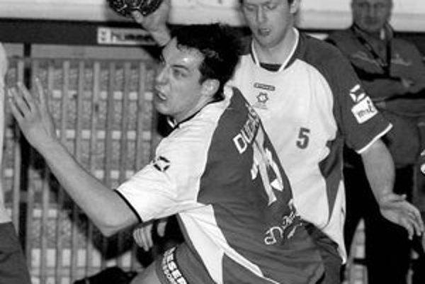 Petra Dudáša (s loptou) z bratislavského ŠKP vyhlásili za najlepšieho pivota turnaja.