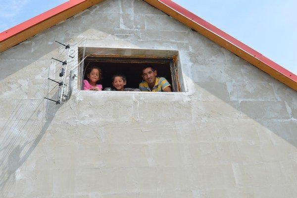 Giňovci v Kojaticiach idú svoj dom namaľovať na fialovo. Už teraz plánujú ďalšiu prístavbu.