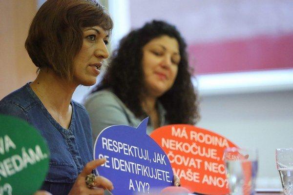 Na snímke zľava riaditeľka festivalu Andrea Bučková a riaditeľka výstavy Emília Rigová počas tlačovej konferencie o festivale Ľudia z rodu Rómov 2015 v Banskej Bystrici 17. augusta 2015.