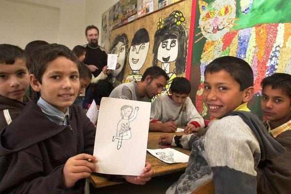 """Obrázky rómskych detí svojím osobitým videním, slobodou a farbami nadchýnajú v zahraničí návštevníkov výstav a bodujú u porotcov medzinárodných porôt. V roku 2004 napríklad """"zarobili"""" jarovnické deti pre svoju školu 63 264 korún výstavou v Rómskom kultúrn"""