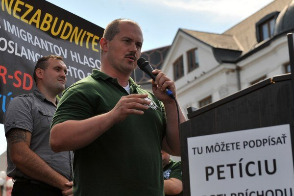 Zo šírenia xenofóbnych nálad sa župan Marian Kotleba snaží vytĺcť politický kapitál. Na snímke Kotleba počas demonštrácie proti imigrantom v Žiline 11. júla 2015.