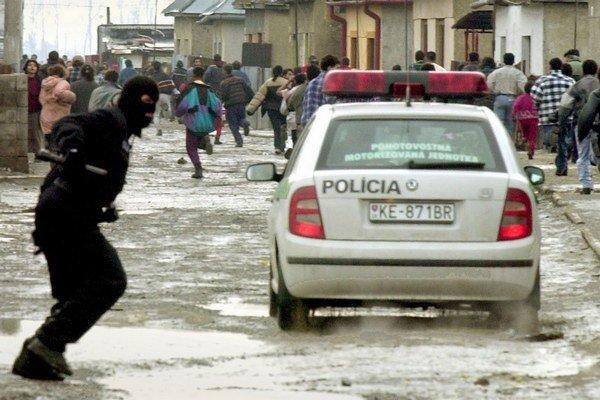 Odveta polície proti osadníkom býva tvrdá.