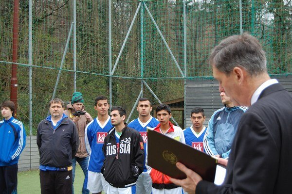 Futbalový turnaj zahájil Charge d´affaires Norman Thatcher Scharpf (vpravo).