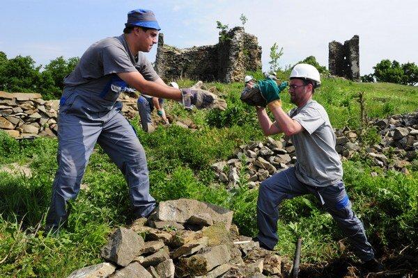 Najprv hrad zachraňovali dobrovoľníci. Od roku 2011 obnovujú Šarišský hrad s podporou štátu a prácu tu našli dlhodobo nezamestnaní ľudia z regiónu.