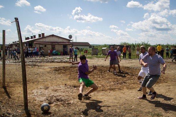 Organizátori festivalu Moldava Spolu prišli podporiť ľudí z osady, ktorým mesto zakázalo festival.