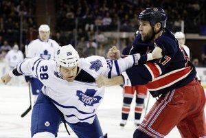 Mike Rupp z New Yorku Rangers (vpravo) bojuje v pästnom súboji s Coltonom Orrom z Toronta. TASR/AP