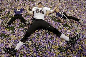Billy Bajema (86) oslavuje víťazstvo medzi konfetami aj so synmi. SITA/AP