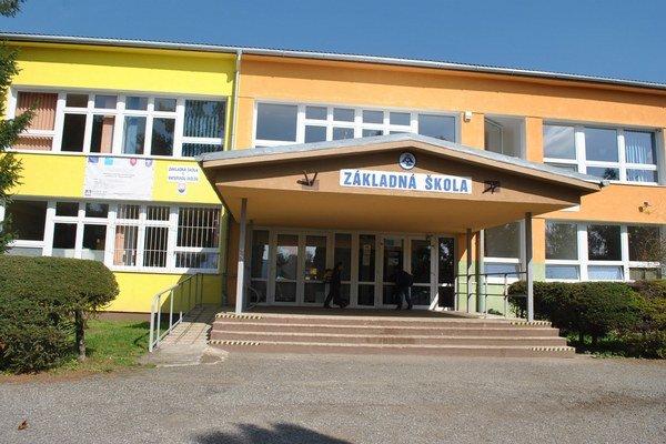 Budova školy. Riaditeľ sa obáva, aby sa nestala školou len pre deti z Ostrovian.