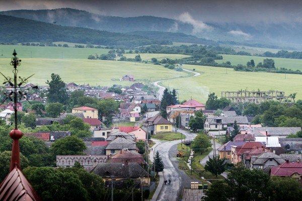 V Kecerovciach žije takmer 3-tisíc Rómov, tvoria vyše 90 % obyvateľov obce.
