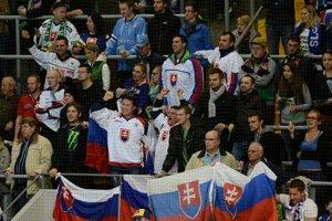 Slovákom fandila aj početná skupinka fanúšikov. Záber počas prvého zápasu Nemeckého pohára v hokeji USA - Slovensko.