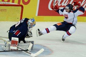 Slovák Radoslav Tybor (Slovensko) a vpravo Ryan Zapolski (USA) v prvom hokejovom zápase Nemeckého pohára USA - Slovensko.