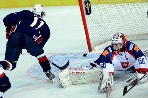 Na ľade brankár Ján Laco (Slovensko) a vľavo Steve Moses (USA) triafa žŕdku v prvom hokejovom zápase Nemeckého pohára USA - Slovensko.