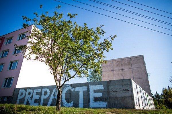 Protirómsky múr v Košiciach s nápisom Prepáčte.