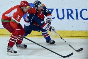 Vpravo Marcel Haščák (Slovensko) a vľavo Nikolaj Stasenko (Bielorusko) bojujú o puk počas hokejového zápasu Slovensko - Bielorusko.<br>
