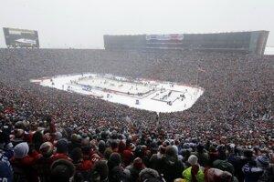 Viac ako 100 000 ľudí sleduje novoročný zápas Winter Classic medzi Detroitom a Torontom na štadióne v Ann Arbor v Michigane.