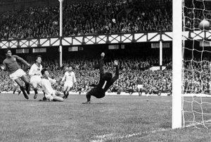 Štvrťfinále majstrovstiev sveta 1966. Eusébio strieľa gól KĽDR, Portugalsko víťazí 5:3.