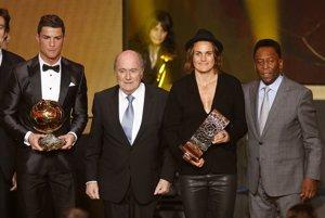 Zľava: Cristiano Ronaldo, prezident FIFA Joseph Blatter, futbalistka roka 2013, Nemka Nadine Angerer a Pelé.