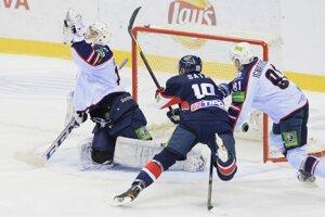 Miroslav Šatan strelil brankárovi Sibiru Novosibirsk Mikkovi Koskinenovi prvý gól zápasu.