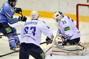 Juraj Mikúš zo Slovana, Dmitrij Vorobjov a brankár Jevgenij Ivannikov, obaja z Vladivostoku.