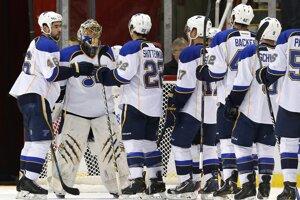 Hokejisti St. Louis zvíťazili v Detroite 4:1 aj vďaka výkonu Jaroslava Haláka, ktorý kryl 22 z 23 striel domácich.