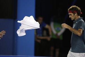 Federer hádže loptičkárovi použitý uterák.