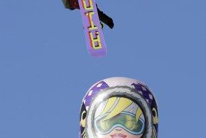 Matrioška vedľa pretekárskej dráhy pro snoubordistov.