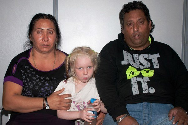 Zľava: Eleftheria Dimopuluová a Christos Salis na spoločnej snímke s dievčatkom menom Maria.