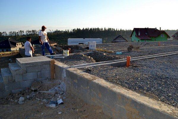 Budúca škola v Stráňach pod Tatrami. Na jej výstavbe sa pracuje aj počas víkendov.
