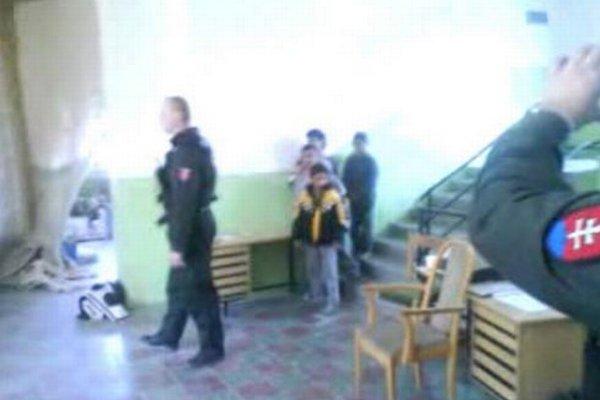 Policajti si šikanovania rómskych chlapcov natáčali na video.