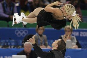 Kirsten Moore-Towers and Dylan Moscovitch z Kanady počas súťaže športových dvojíc.<br>