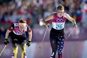 Bežkyne na lyžiach, Nemka Nicole Fesselová (vľavo) a Sadie Bjornsenová (USA), bojujú v cieli pretekov na 10 kilometrov klasicky.